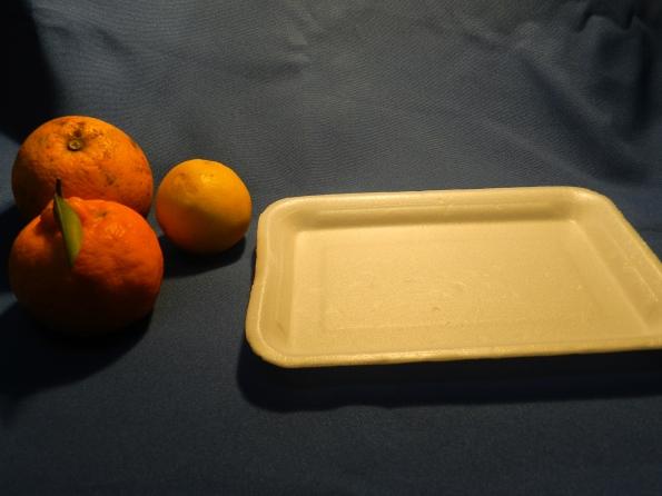 Frutas cítricas e bandeja de isopor