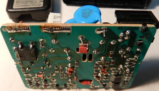 Figura 20 - Placa de fonte chaveada, onde se nota dois capacitores azuis, de acoplamento entre primário (esquerda) e secundário (direita).