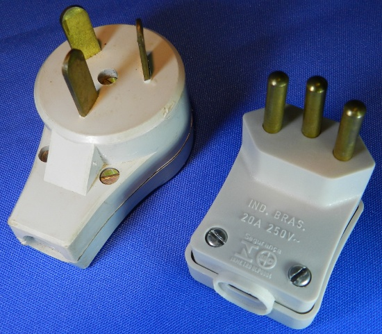 Figura 4 - Plugue NEMA 10 e plugue NBR 20A 3 pinos.