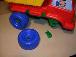 Figura 1 – Caminhãozinho de polietileno danificado.