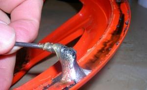 Figura 12 – Removendo a cola ainda mole.