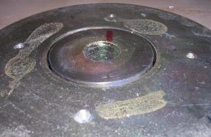 Figura 7 – Conjunto magnético removido, ainda com a cola.