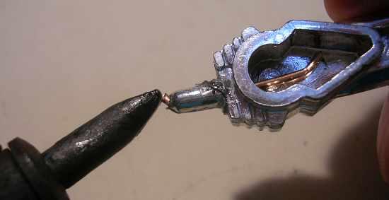 Figura 7 – Inserção da ponta do fio rígido na estrutura plástica.