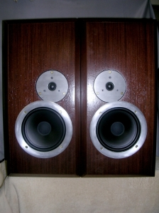 Figura 1 – Caixas acústicas seladas, prontas para uso.