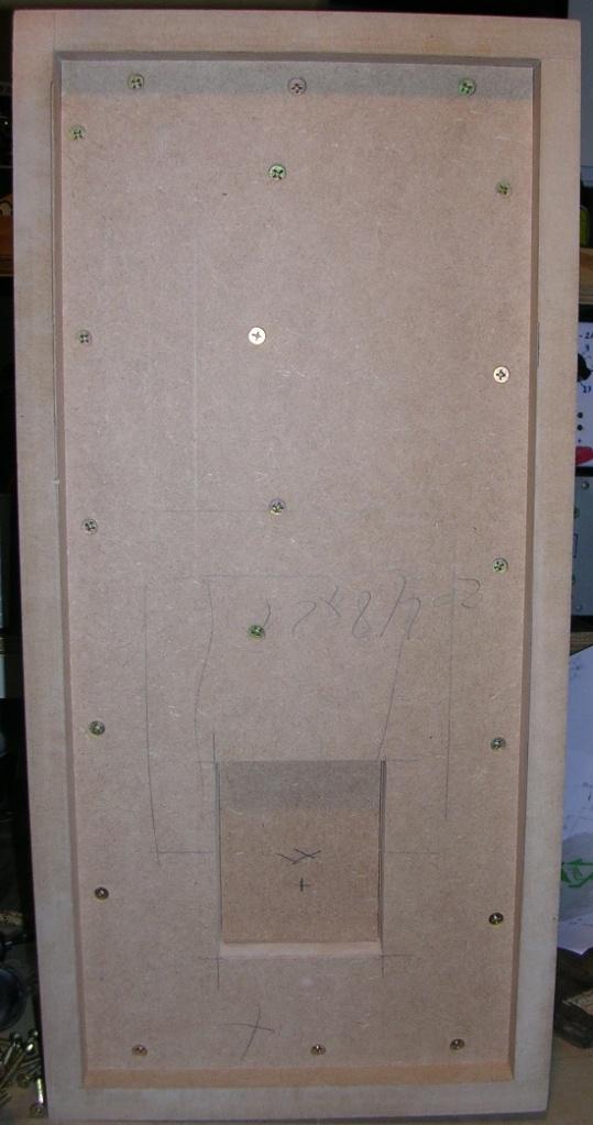 Figura 13 – Vista externa do painel traseiro, onde pode-se notar os parafusos de reforço.