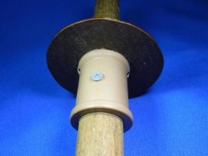 Figura 2 – Peça fixa, onde nota-se, além do parafuso, os dois furos que se comunicam com o enrolamento.