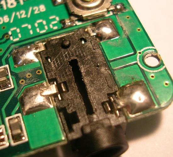 Figura 2 – Solda com mau contato no terminal inferior esquerdo da tomada dos fones.