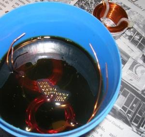 Figura 22 – Bolhas que subiram à superfície, vindo dos espaços vazios na bobina.