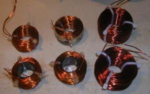 Figura 23 – Aspecto das bobinas prontas. As quatro da esquerda já estão envernizadas, ao contrário das duas da direita.
