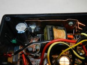 Figura 3 - Dissipador acoplado a D1, e parafusado ao gabinete plástico.