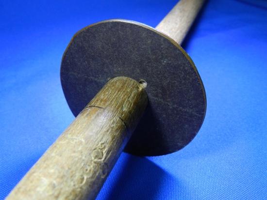 Figura 3 – Peça fixa, vista pelo lado que é feito o rolamento. O furo que aparece ali foi feito inclinado, vindo de trás do disco de fenolite.