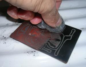 Figura 30 – Limpeza da tinta com palha de aço e água.