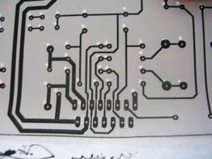 Figura 35 – Alinhando o desenho com a placa já perfurada, para conferir se todos os furos foram feitos.