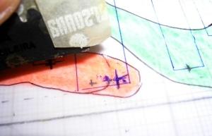 Figura 4 – Remoção de trilha desenhada a caneta na folha de poliéster.