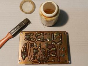 Figura 45 – Placa reenvernizada, onde aparece o frasco do verniz e o pincel exclusivo para este uso.