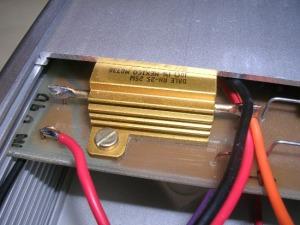 Figura 7 – Proximidade entre o resistor Vishay e uma das faces do gabinete. Notar que a placa desliza em guias.
