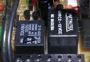 Figura 6 – Os relés originais eram como o da esquerda. Nota-se a diferença de altura do substituto (direita).