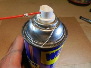 Figura 1 – Canudo plástico ancorado na lata de spray de WD-40.
