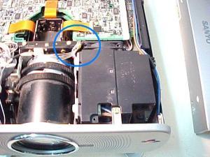 Figura 11 – Projetor visto de cima, pela frente, com destaque para o caminho dos cabos dos sensores.
