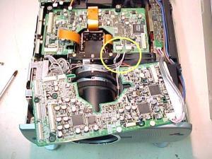 Figura 12 – Placa superior deslocada para a frente, com destaque para os conectores dos sensores.