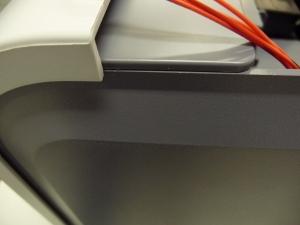 Figura 22 - Encaixe correto do painel lateral direito (quando a impressora é vista de frente), junto da fonte.