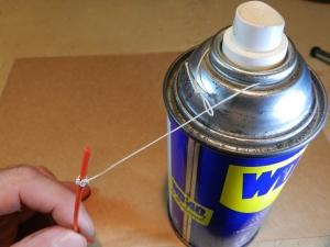 Figura 3 – Laço feito no pescoço da lata de spray.