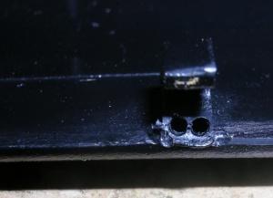 Figura 3 – Furos para inserção do reforço de fio rígido.