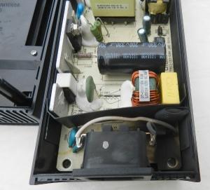 Figura 12 – Fonte do XBOX 360S aberta, com a parte chamuscada no canto inferior direito.