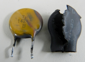Figura 20 – Varistor do XBOX 360S, separado do espaguete termo-retrátil.