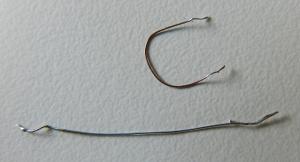 Figura 33 – Comparação entre o fio fusível improvisado de cabinho e o retirado de produto comercial.