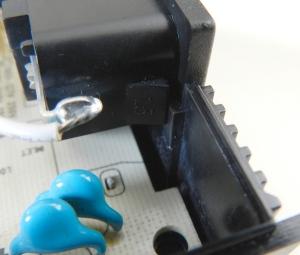 Figura 37 – Detalhe da tomada da rede elétrica, onde se nota o encaixe deslizante dela com o invólucro.