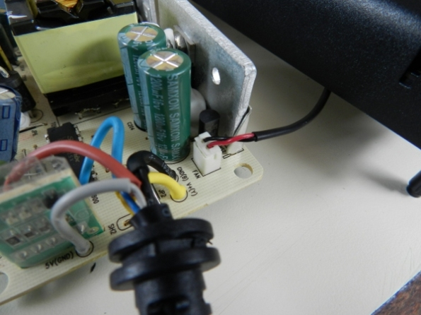 Figura 9 – Placa da fonte do XBOX 360S, com destaque para o conector da ventoinha.