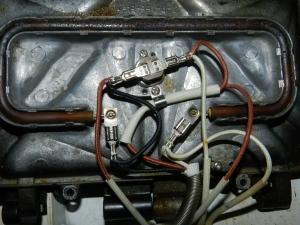 Figura 12 – Conexões da chapa superior. Pode-se notar no meio, a peça marrom, que é a chave térmica.