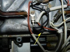 Figura 13 – Detalhes das conexões da chapa superior, onde a seta indica o fio preto que vem da chapa inferior.