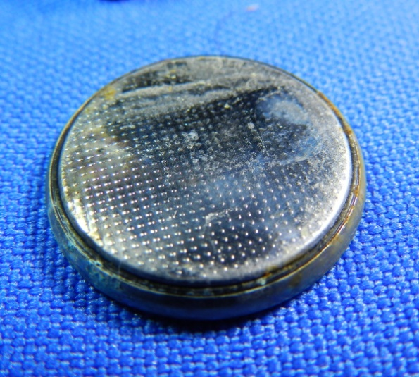 Figura 14 – Pilha de lítio corroída.