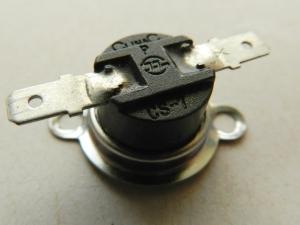 Figura 3 – Chave térmica comercial, semelhante à utilizada na torradeira. A temperatura de acionamento é informada através de um código do fabricante no corpo do produto.