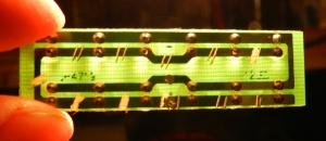 Figura 35 – Placa de circuito impresso contra a luz. Já pode ser notada uma trilha retirada.