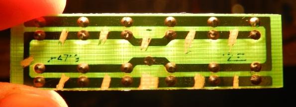Figura 36 – Placa de circuito impresso contra a luz. Todas as trilhas removidas, deixando os LEDs em ligados juntos numa extremidade somente.