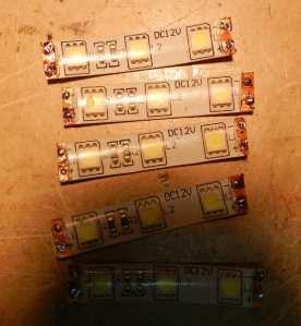 Figura 7 – 5 segmentos da tira de LEDs 5050. Pode-se notar a sombra da lente na parte inferior da imagem, que é o motivo da criação do anel.