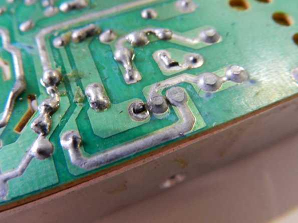 Figura 2 – Detalhe da solda do transistor MOSFET de chaveamento.
