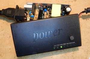 Figura 20 - Detalhe da tampa da fonte, com os LEDs indicadores da tensão de saída.