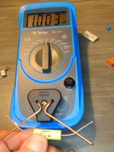 """Figura 1 – Capacímetro Minipa MC-153 com a """"ponta de prova"""" em uso."""