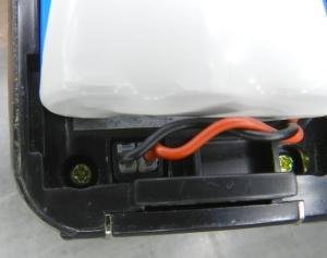 Figura 14 – Detalhe da conexão da bateria. Telefone visto por trás, com a antena para cima.