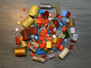 Figura 2 – O desafio: testar rapidamente todos estes capacitores.