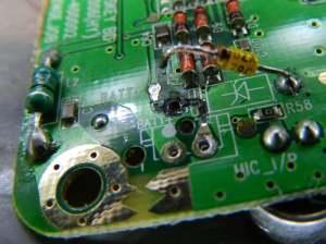 Figura 5 – Placa de circuito impresso, sem o conector da bateria. Foi danificada a trilha até o diodo zener. Notar que o furo do diodo é metalizado.