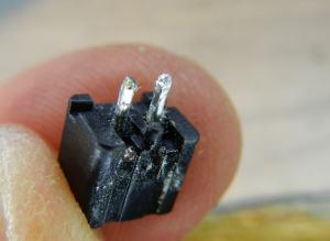 Figura 8 – Conector de energia da placa, visto por baixo.