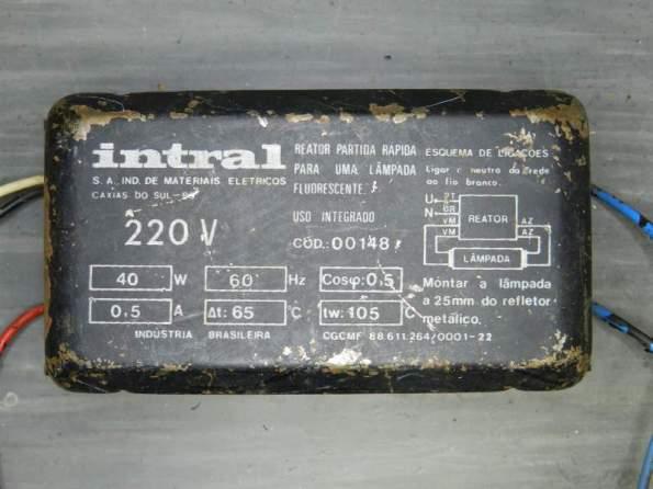 """Figura 26 – Antigo reator eletromagnético """"automático"""" para uma lâmpada fluorescente de 40W."""