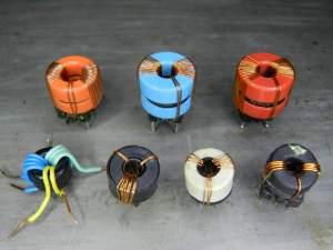Figura 50 – Transformadores toroidais de reatores eletrônicos. Os três de cima são adequados a transistores MOSFETs e os quatro de baixo, próprios para acionar transistores bipolares.