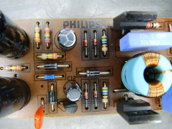 Figura 64 – Detalhe da placa de um reator Philips com saída MOSFET, onde se pode perceber o aquecimento dos diodos zener.