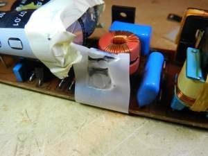 Figura 65 – transistor MOSFET com a lâmina plástica de isolamento danificada pelo aquecimento.